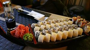 Plat de sushi variat a un restaurant japonès