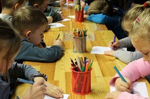 Nens dins de l'aula dibuixant