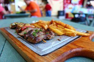 Plat de carn amb patates a un restaurant peruà