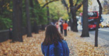 Nena de camí a l'escola