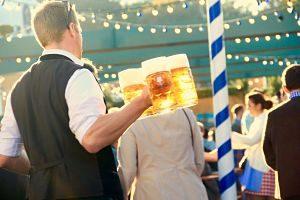 Participant de l'Oktoberfest gaudint de la cervesa