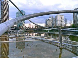 Estructura de tubs al Parc de Diagonal Mar
