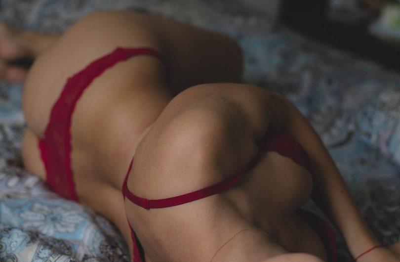 Model posant amb llenceria eròtica