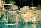 Cascada d'aigua a una de les piscines relaxants d'un spa