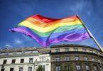 Bandera col·lectiu LGTBI onejant al carrer.