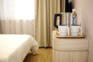 Detall d'aigua i set de té a un hotel.