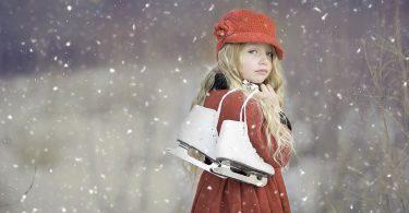 Nena amb patins per a patinar sobre gel