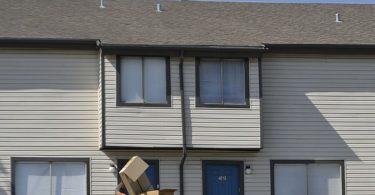 Home portant al nou apartament capses de mudança
