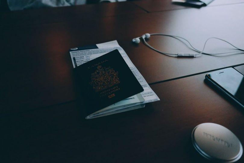 Imatge d'un passaport sobre una taula