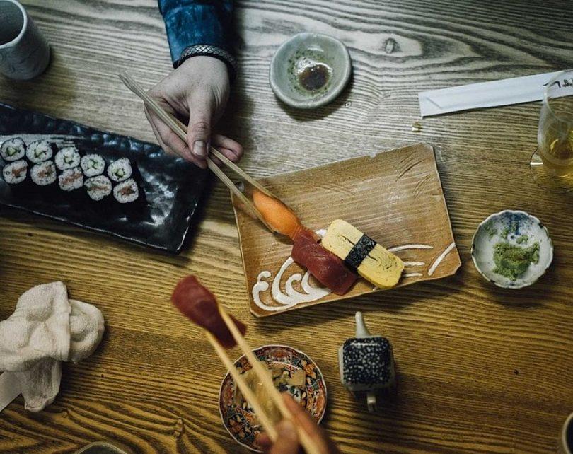 Grup d'amics menjant sushi