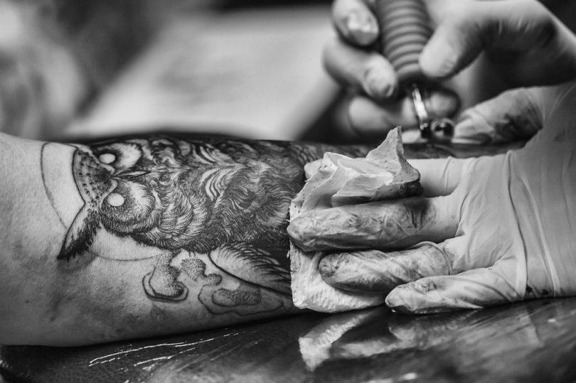 Tatuatge realista d'un mussol al braç