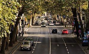 Cotxes circulant per una carretera a la ciutat