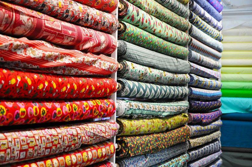 Botiga tèxtil amb diferents tipus de teixits