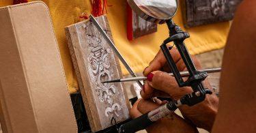 Artista fent una manualitat de pintura