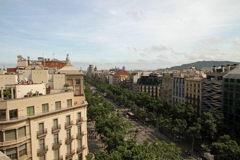 Imatge d'un dels carrers de Barcelona en plena tranquil·litat