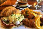 Plat amb diverses opcions de brunch a un restaurant