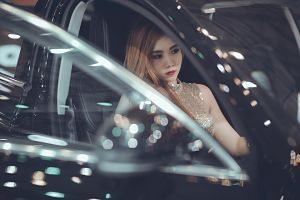 Dona jove a dins d'un cotxe