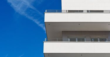 Bloc de pisos amb balcó