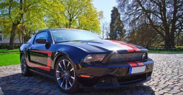 Mustang GT esportiu aparcat al carrer