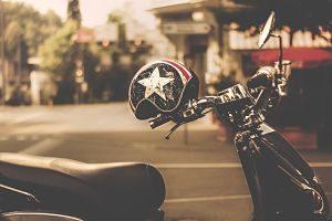 Casc i moto aparcada al carrer