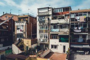 Bloc de pisos a un dels barris de la Ciutat Comtal