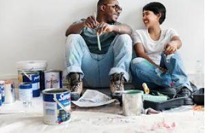 Parella pintant el seu pis