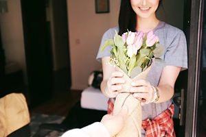 Noia rep un ram de flors de la seva parella