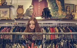 Noia jove comprant roba