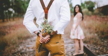 Home sorprén la seva parella amb un ram de flors