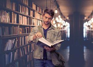 Estudiant a la biblioteca