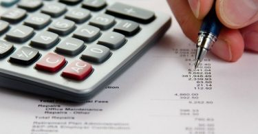 Treballador realitzant el descompte sobre impostos