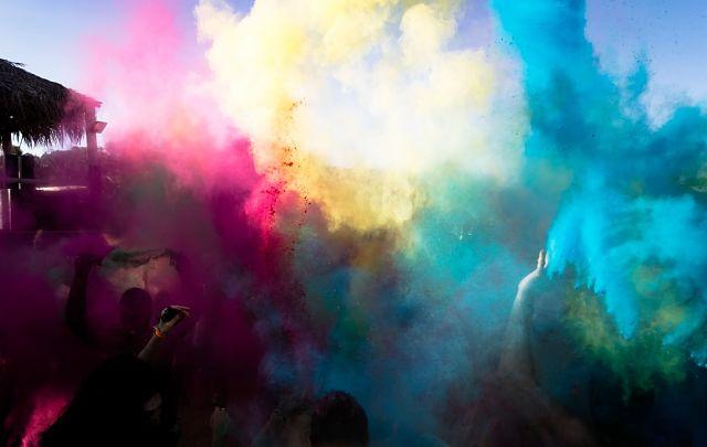 Llençament massiu de pols de colors al Festival Holi
