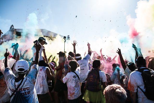 Grup d'amics gaudint del Festival dels Colors
