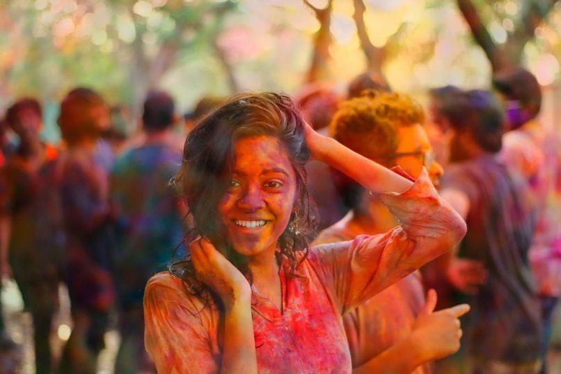 Noia al festival Holi dels colors