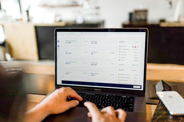 Persona mirant com está el canvi de moneda a un ordinador
