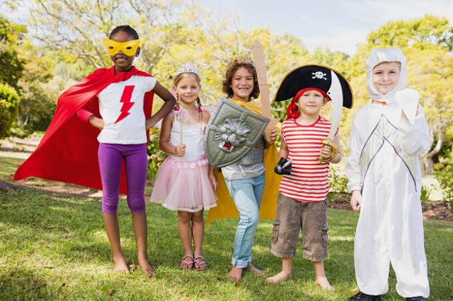 Nens amb diverses disfresses gaudint del Carnaval