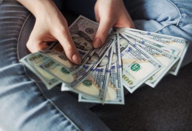 Una noia mostra uns quants bitllets de dòlar