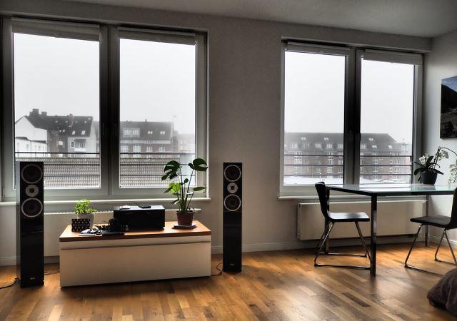 Sala d'estar amb vistes en un apartament modern