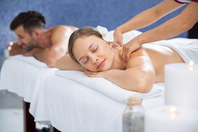 Parella gaudint d'un massatge