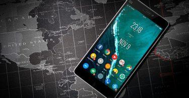 Mòbil sobre un mapa mundial