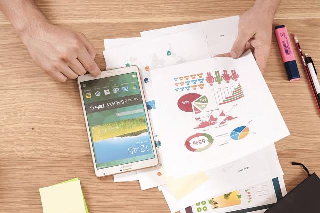 Empresari amb documents i un telèfon mòbil