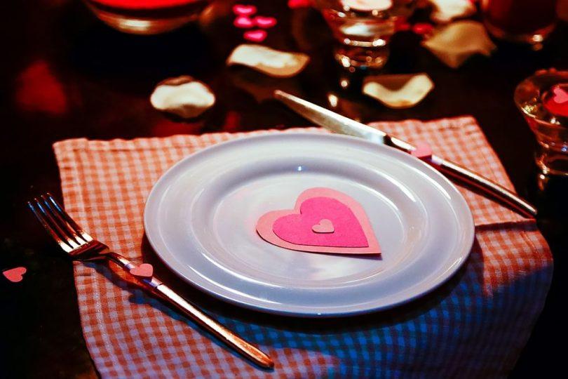 Sopar romàntic amb detall d'un cor en la decoració
