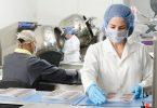 Dona científica treballant a un laboratori.