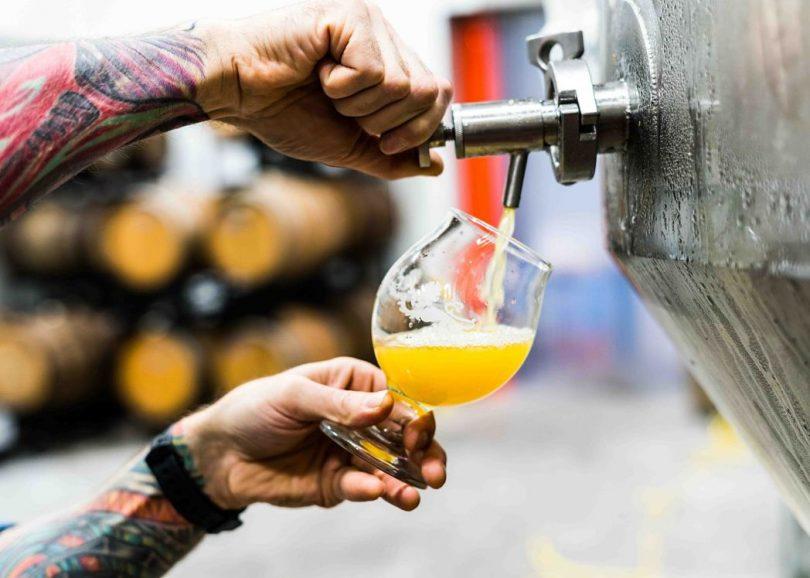Noi servint cervesa artesanal