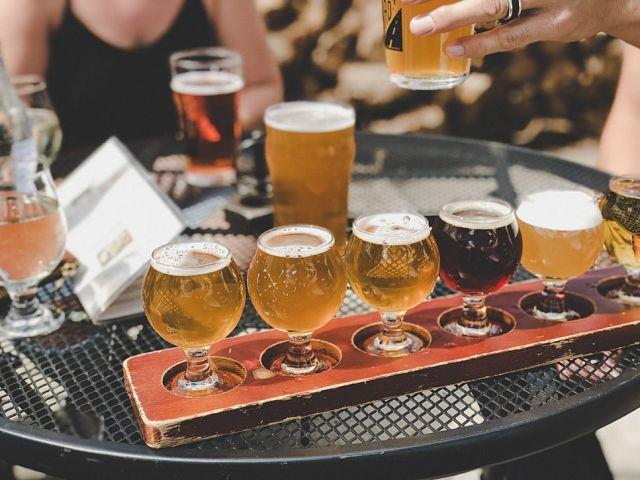 Tast de vàries cerveses disposades en fila a una taula