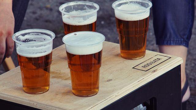 Safata de fusta amb gots de cervesa