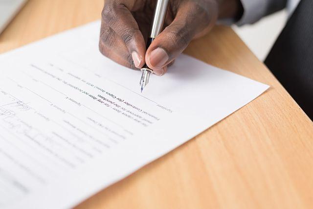 Home firmant un contracte