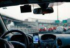 Conductor utilitzant el GPS al cotxe