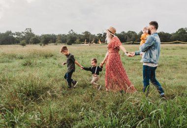 Familia gaudint d'una passejada pel camp