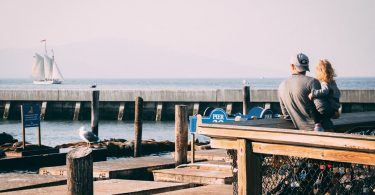 Pare amb la seva filla al port mirant els vaixells